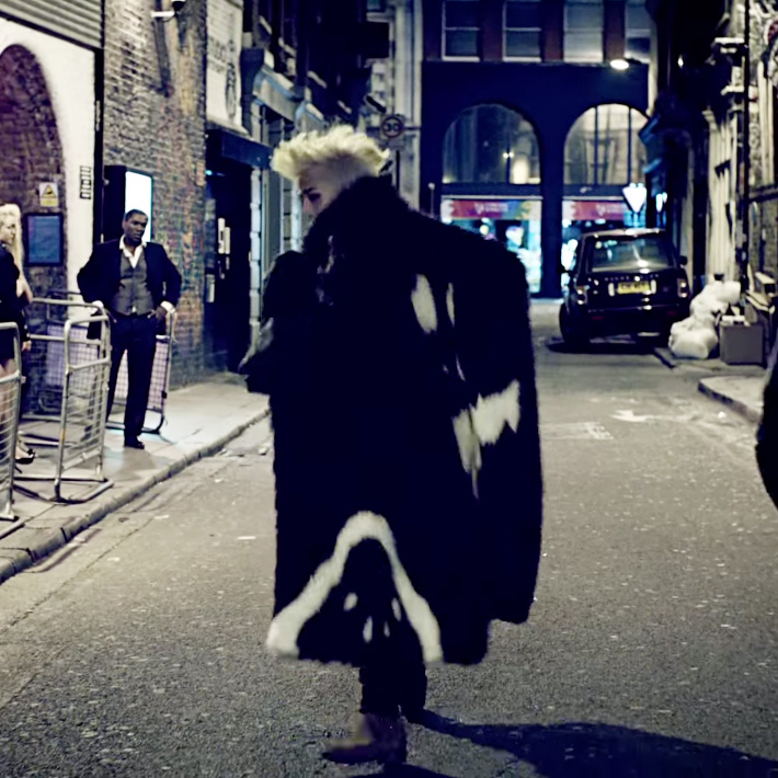 『G-DRAGON x HYEIN SEO』CROOKEDのMVでファージャケットを着用