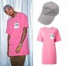 クリス・ブラウン「MOSCHINO(モスキーノ)」のショッピングバッグロゴプリントTシャツを着用