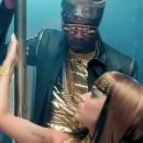 Juicy JがKaty Perry – Dark HorseのPVでD.TT.Kのダウンベストを着用